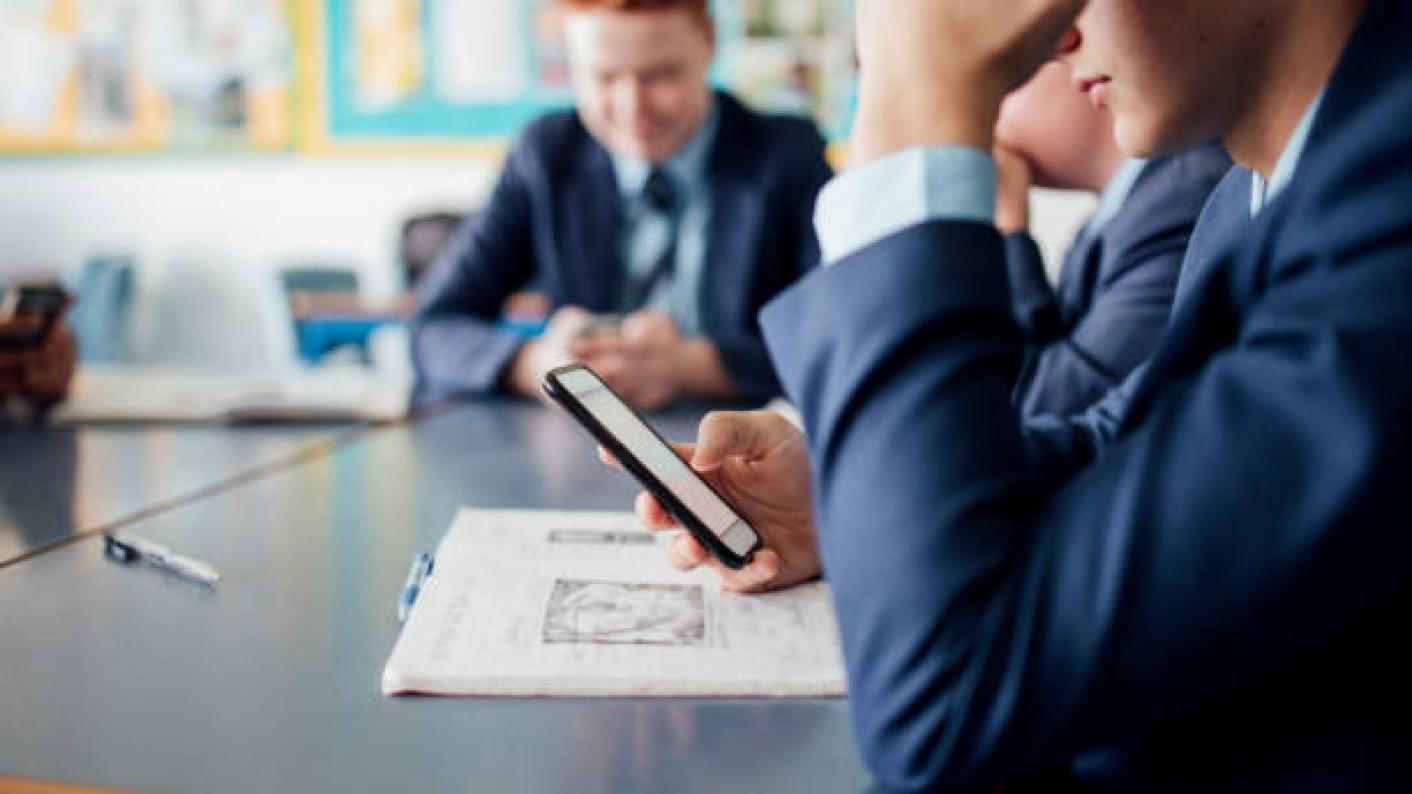 Schools that ban mobile phones have higher test scores, says minister Nick Gibb